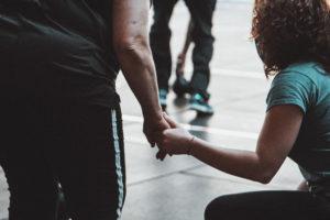 Guida e partecipante corso CrossFit per mano