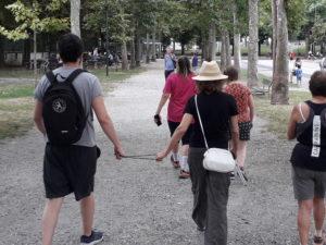 Gruppo di atleti praticano fitwalking. Non vedenti con guide