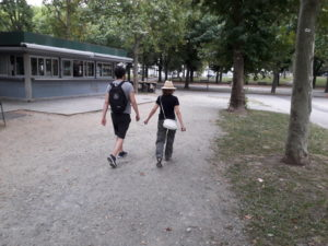 Atleta non vedente pratica fitwalking accompagnato da istruttore con cordicella