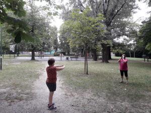 Persona disabile fa esercizi orientamento con istruttrice