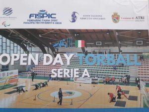 """Foto campo torball con scritta """"Open Day Serie A"""""""