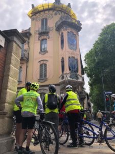 Gruppo tandem davanti a palazzina liberty Torino