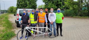 Il gruppo tandem della polisportiva UICI Torino aspetta il passaggio del Giro d'Italia 2021