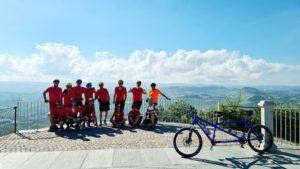 Il gruppo tandem della Polisportiva su una terrazza panoramica nelle Langhe